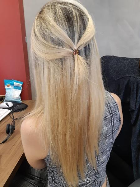 Fernanda ficou platinada sem querer, com os fios manchados e o cabelo quebrou na primeira lavagem - Arquivo Pessoal