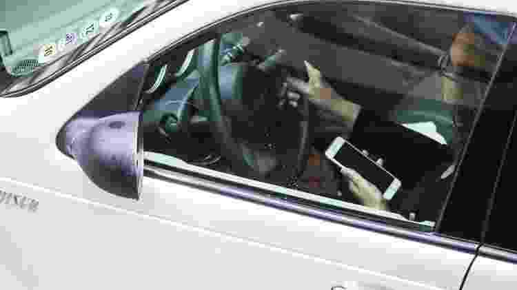 Motorista utiliza telefone celular enquanto dirige em túnel  - Danilo Verpa/Folhapress - Danilo Verpa/Folhapress