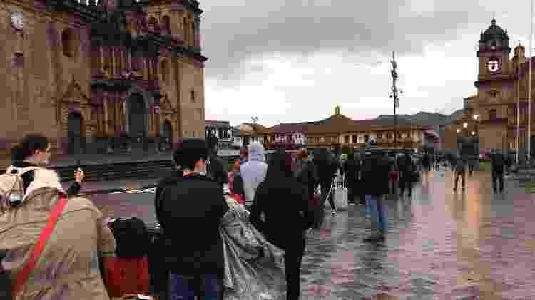 Brasileiros organizados em fila na Plaza de Armas - Luciana Sarmento/UOL