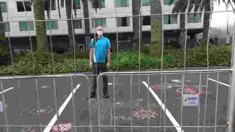 Foto tirada por Bev Goodman, mãe de Dean Goodman, quando ela foi visitá-lo através das cercas do hotel em Auckland - Bev Goodman - Bev Goodman