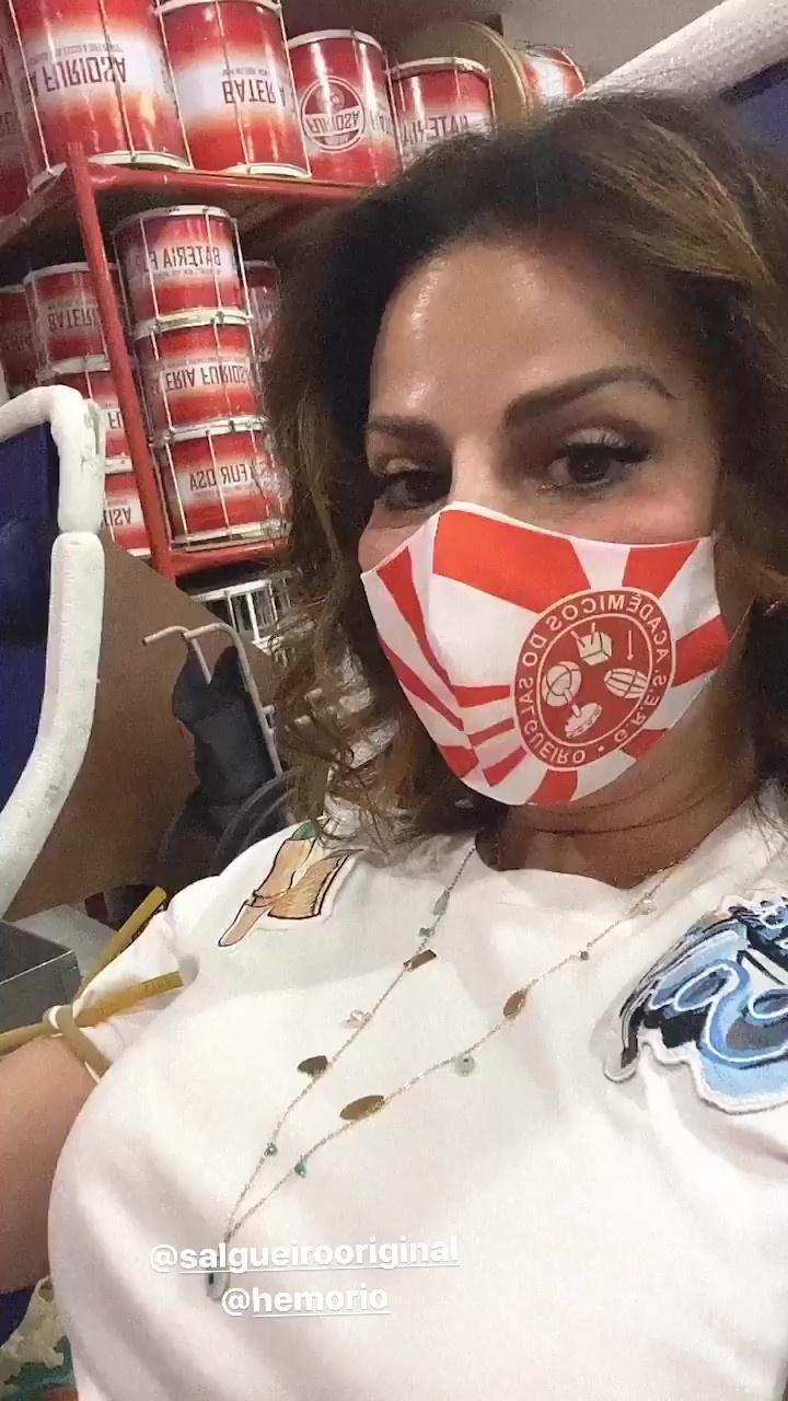 Viviane Araújo mostrou momento da doação nos stories