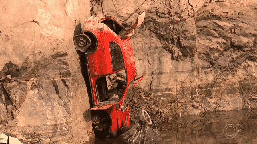 Pelo menos 15 carros foram encontrados em lago de pedreira desativada após diminuição do nível de água em Salto de Pirapora, no interior de SP - Reprodução/TV TEM