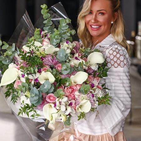 Ana Paula Siebert é surpreendida com buquê de flores após viagem - Reprodução/Instagram