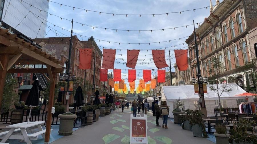 Distrito em Denver, no Colorado, criou ruas abertas, com mesas ao ar livre, para evitar aglomerações em restaurantes durante o verão americano - David Rojas/Colorado State University