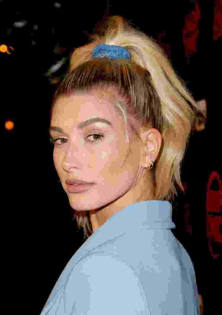 Hailey Bieber com scrunchie na cor azul - Getty Images - Getty Images