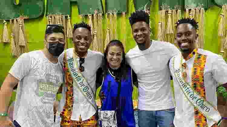 Adeilton Ribeiro ao lado de integrantes da escola de samba Camisa Verde e Branco - Arquivo pessoal - Arquivo pessoal
