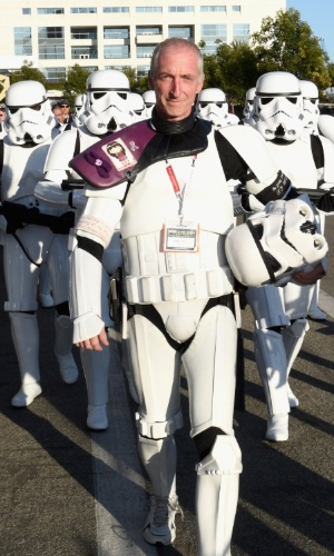 """10.jul.2015 - Depois de caminhar mais de 800 km pela Califórnia em homenagem à mulher que morreu de câncer, Kevin Doyle liderou um exército de stormtroopers durante o painel de """"Star Wars"""" na Comic-Con"""