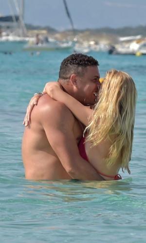 6.ago.2015 - Ronaldo foi fotografado na tarde desta quinta-feira com sua namorada Celina Locks em Formentera, na Espanha. O casal, que está de férias no local paradisíaco, trocou beijos dentro do mar cristalino.