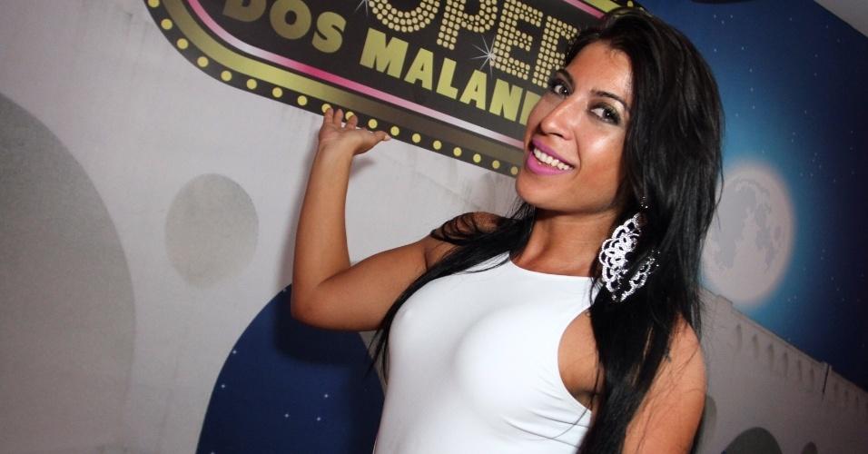 17.jan.2016 - Ex-BBB Priscila Pires participa do ensaio na quadra da Salgueiro, no Rio de Janeiro.
