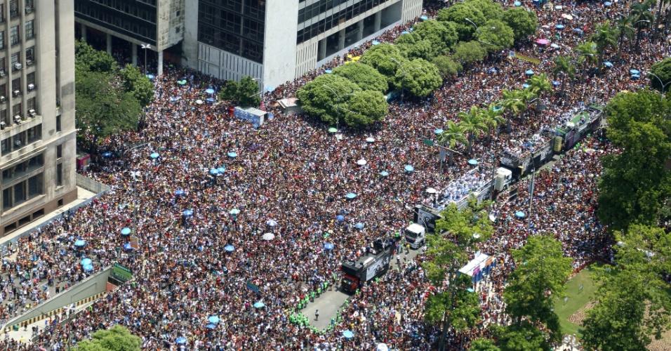 06.fev.2016 - Levando mais de 1 milhão de foliões às ruas da região central do Rio de Janeiro, o bloco Cordão da Bola Preta é um dos mais antigos da cidade.