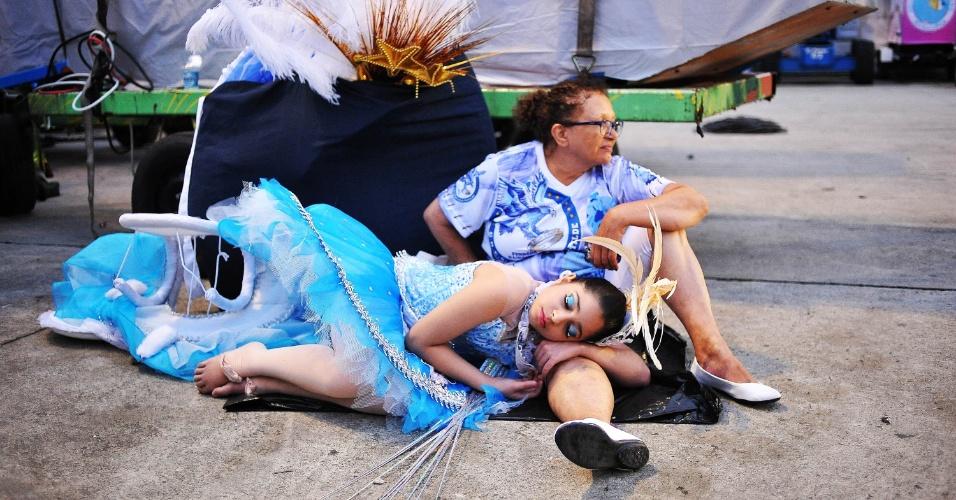 6.fev.2016 - Integrantes da Gaviões da Fiel dormem na dispersão da escola de samba, que desfilou na madrugada deste sábado