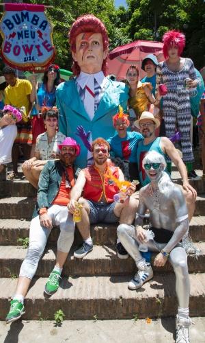 6.fev.2016 - Os fundadores posam com a atração do bloco, o boneco de David Bowie, durante o desfile do Bumba Meu Bowie no Carnaval de Olinda (PE).