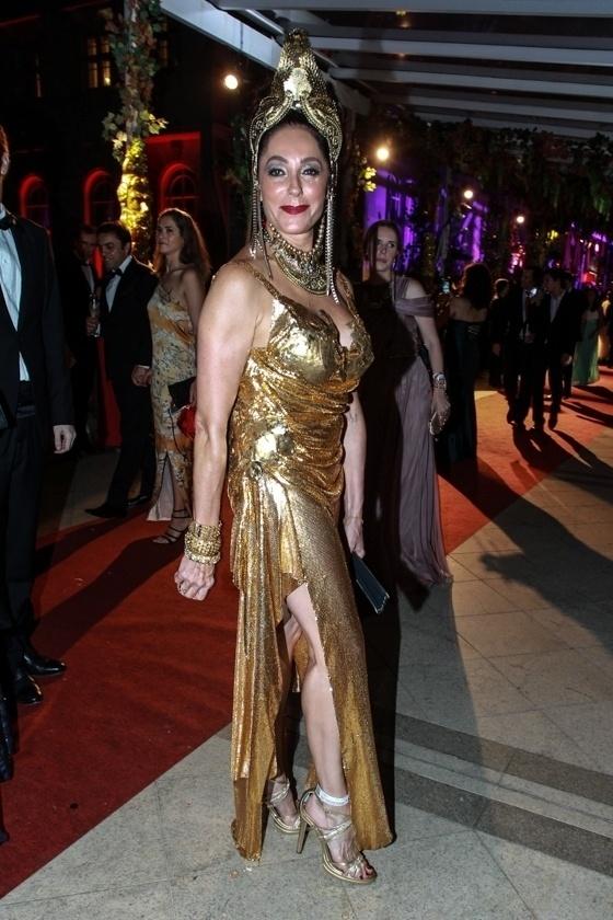 """6.fev.2016 - A atriz Christiane Torloni vai de deusa grega, roupa feita por Oswaldo Arca,. """"O Baile do Copa é o mais lindo e mais chique"""", disse a atriz"""
