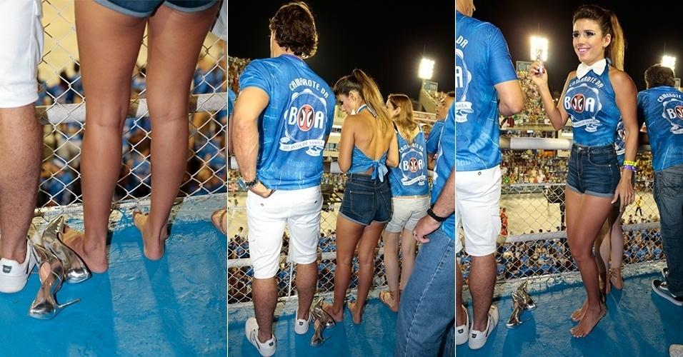 8.fev.2016 - Paula Fernandes não aguentou e tirou os sapatos enquanto assistia aos desfiles da Sapucaí