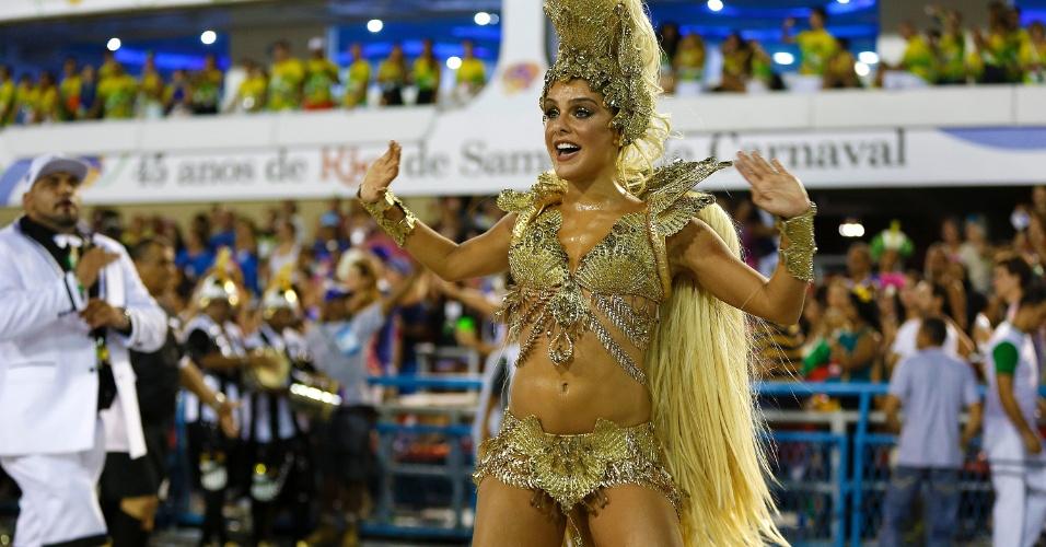 8.fev.2016 - Paloma Bernardi estreia como rainha de bateria no desfile da Grande Rio, na madrugada desta segunda-feira