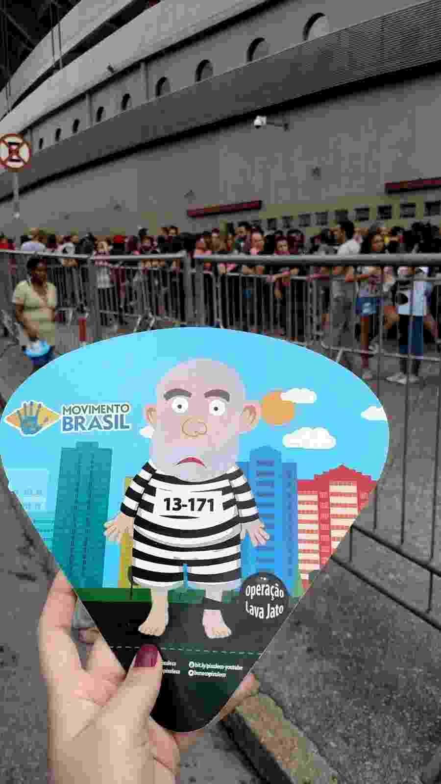 27.fev.2016 - Militantes distribuem panfletes em frente ao estádio do Morumbi, em São Paulo, antes do show dos Rolling Stones, convocando as pessoas para uma manifestação contra a corrupção - Renata Nogueira/UOL