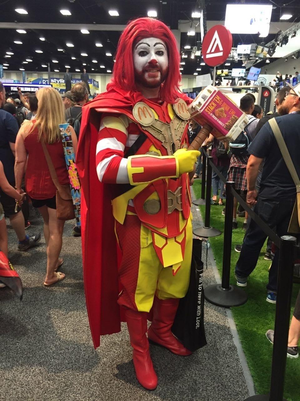 21.jul.2016 - Thor ou Ronald McDonald? O universo da cultura pop se mistura na San Diego Comic-Con