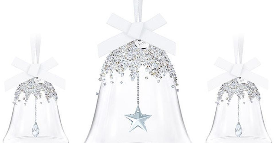 A Swarovski (www.swarovski.com) oferece o brilho do trio de sinos de vidro feitos à mão para decorar a árvore de Natal. Em cada um há uma etiqueta de metal com a data de 2016 gravada e, no interior, um delicado badalo. A empresa de cristais, de origem austríaca, tem lojas em mais de 120 países. O custo do conjunto é R$ 769 (cotação do dia 9.12.2016)
