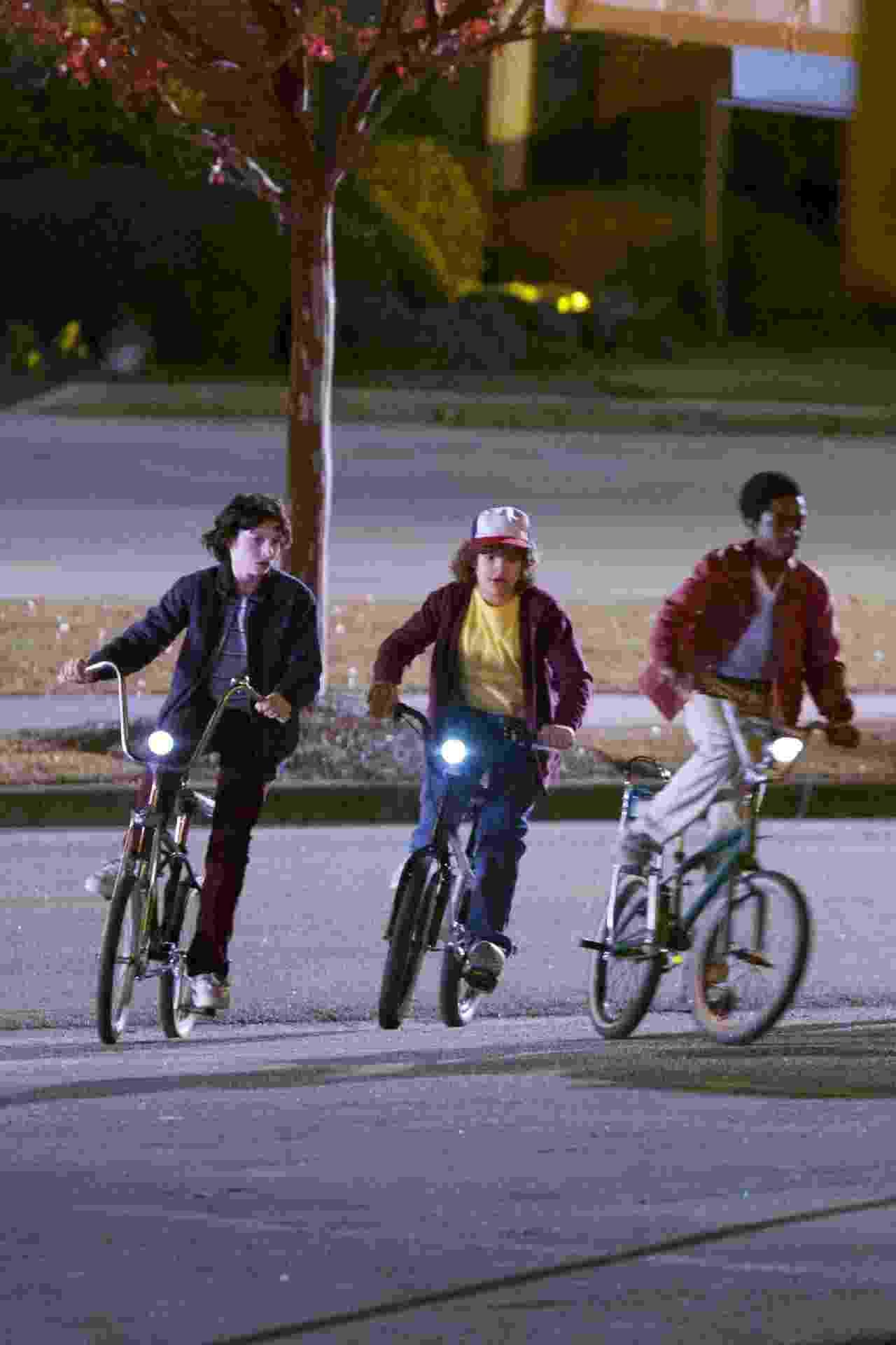 """8.dez.2016 - Eles estão de volta! Finn Wolfhard (Mike), Gaten Matarazzo (Dustin) e Caleb McLaughlin (Lucas) voltaram a pedalar nas bicicletas de seus personagens nas gravações da segunda temporada de """"Stranger Things"""", que acontecem em Atlanta (EUA) - AKM-GSI"""