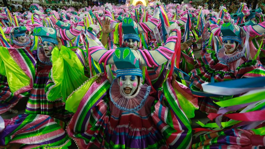 27.fev.2017 - A Estação Primeira de Mangueira encerrou o desfile do Grupo Especial das escolas de samba do Rio de Janeiro, na Marquês de Sapucaí - Douglas Shneider/UOL