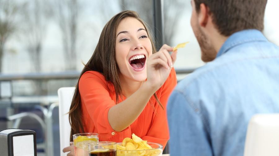 """Na hora do encontro, mulheres escolhem mesmo uma """"saladinha""""? - Getty Images"""