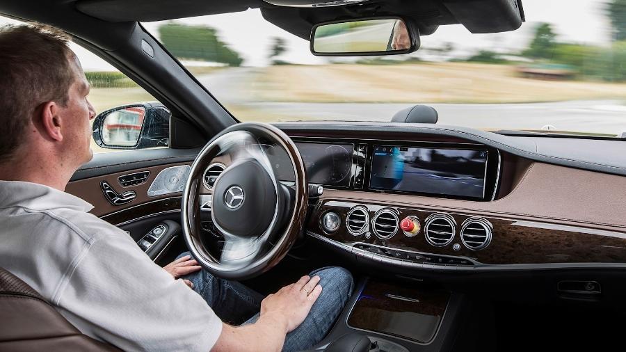 Modelos de luxo como o novo Mercedes-Benz Classe S já trazem algumas funções de condução semiautônoma - Divulgação