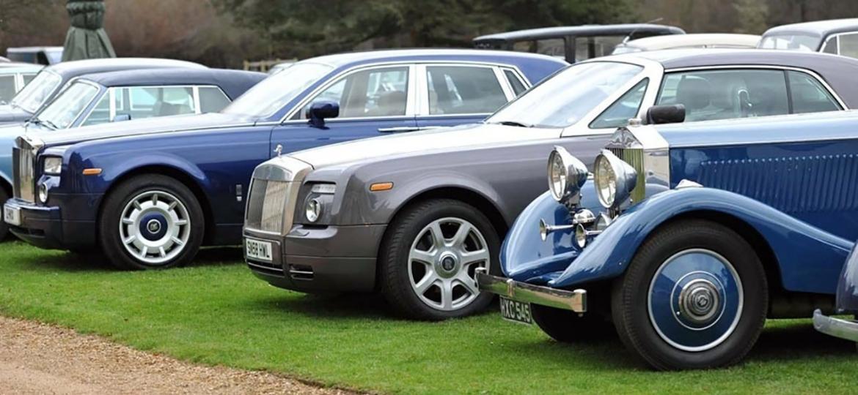 Rolls-Royce, fabricante britânica que produz artesanalmente alguns dos sedãs mais luxuosos e clássicos do mundo, reduziu a média de idade de seus clientes - Reprodução
