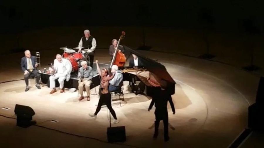 Ativista do Femen interrompe concerto de Woody Allen - Reprodução