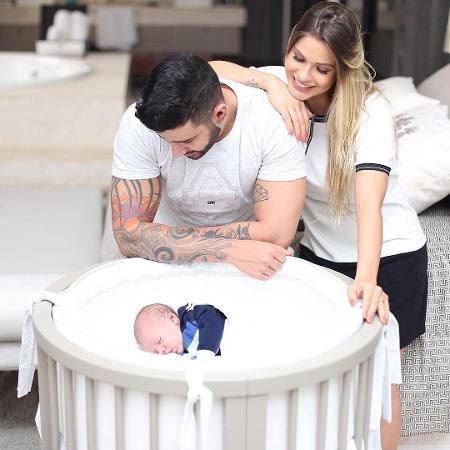Gusttavo Lima e  Andressa Suita babam pelo filho, Gabriel                                - Reprodução/Instagram