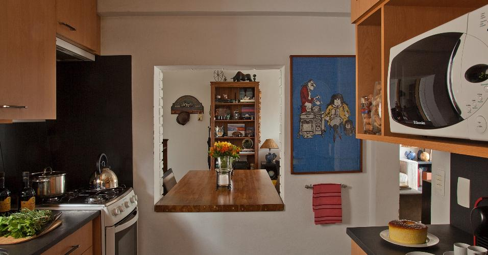 6 m². Nem o espaço sobre a janela foi desperdiçado neste projeto do escritório Figoli-Ravecca. Armários por toda parte, do piso ao teto, ajudam a otimizar bem a metragem do ambiente. Porcelanatos escuros em piso e bancada resultam em praticidade, pois são resistentes e fáceis de manter.