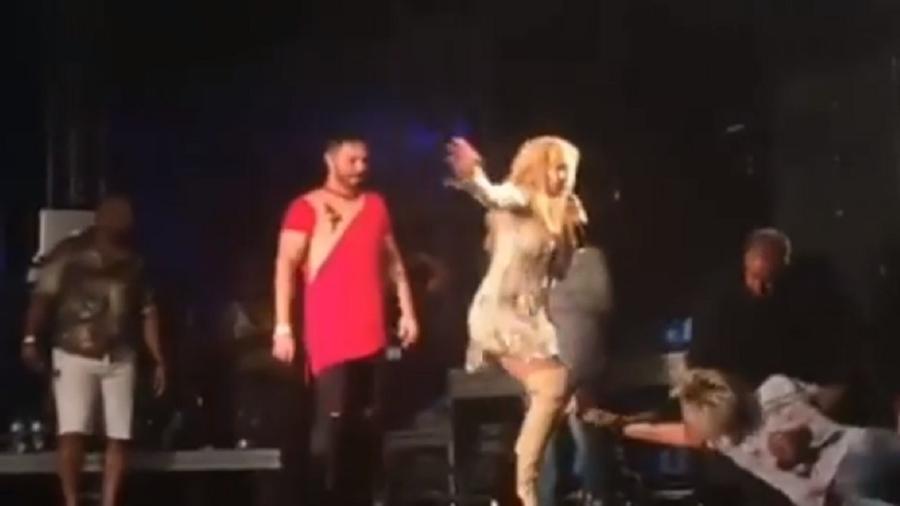 Fã invade palco e quase derruba Joelma em show do Réveillon em Brasília - Reprodução/Instagram