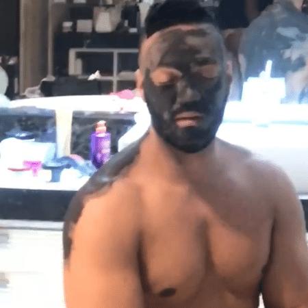Belo durante tratamento para o rosto com argila verde - Reprodução/Instagram/graoficial