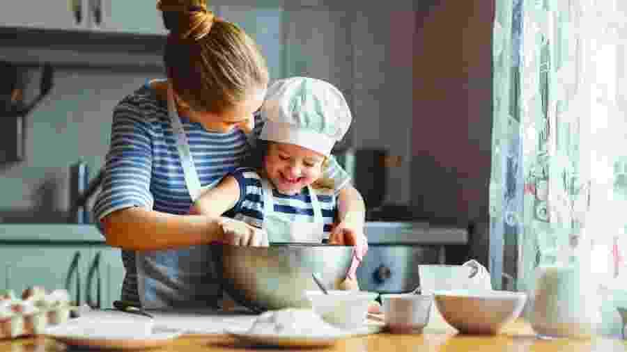 Envolver as crianças no preparo é uma forma de estimulá-las a comer melhor - istock
