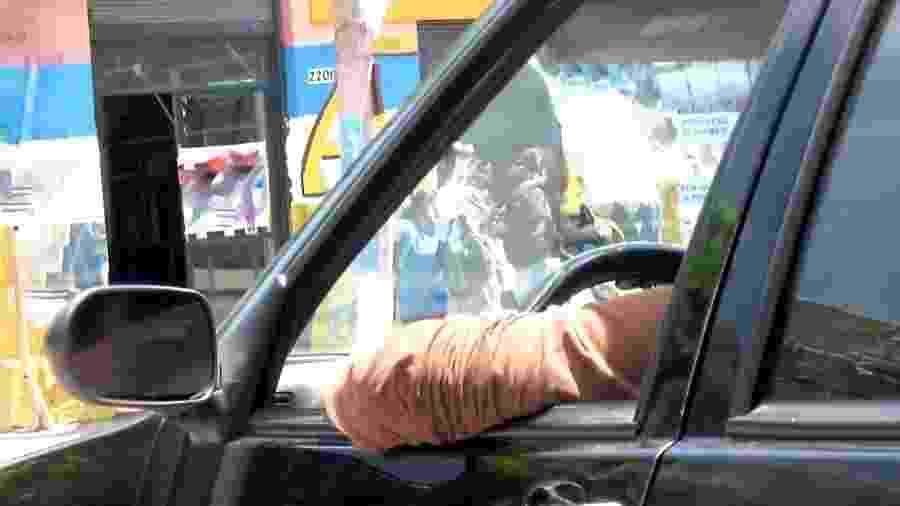 Dirigir com o braço para fora do carro é algo comum; no entanto, prática pode resultar em multa de R$ 130,16 e 4 pontos na CNH - Reprodução