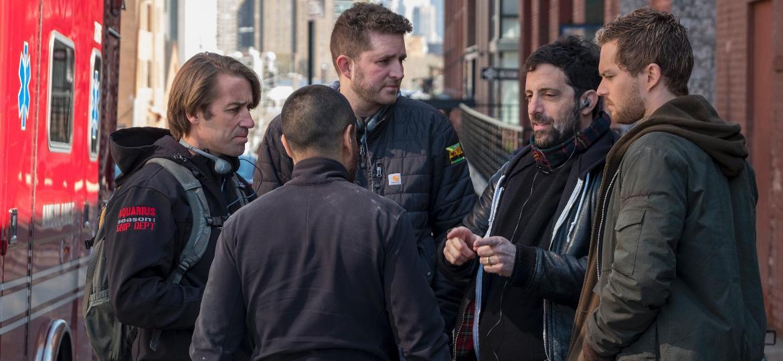 """O novo showrunner de """"Punho de Ferro"""", Raven Metzner (à direita, de cabelos pretos), orienta Finn Jones e equipe nos bastidores da segunda temporada - Divulgação/Netflix"""