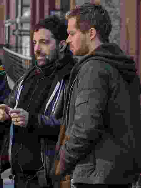 "O novo showrunner de ""Punho de Ferro"", Raven Metzner (à direita, de cabelos pretos), orienta Finn Jones e equipe nos bastidores da segunda temporada - Divulgação/Netflix - Divulgação/Netflix"