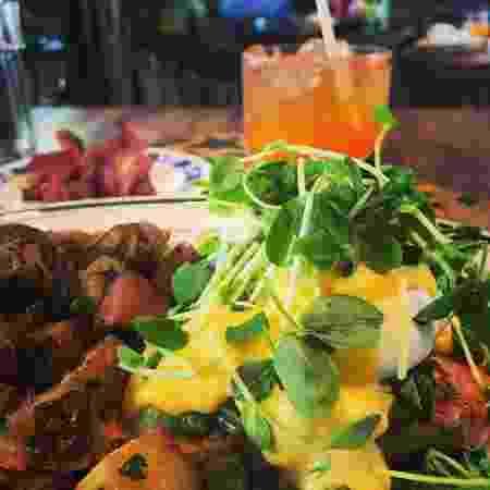 Bacon, ovos e um drinque: esse é o brunch da Olea Tavern - Reprodução/Instagram