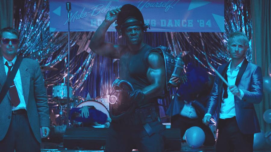 Cena do clipe do Muse com Terry Crews - Reprodução/Youtube