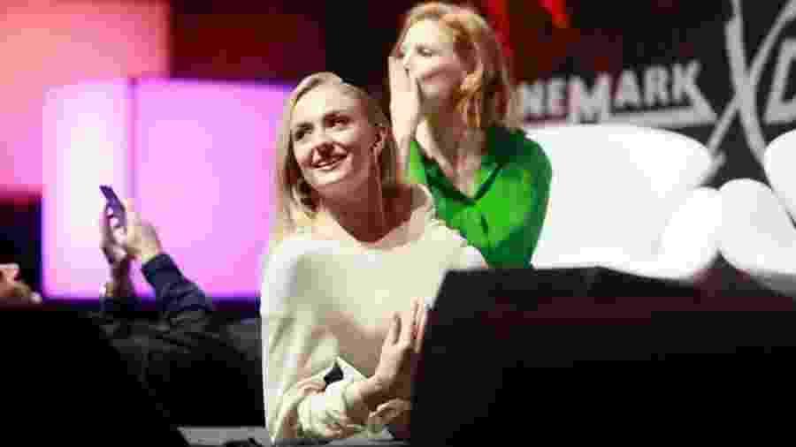 """Sophie Turner e Jessica Chastain deitam para ver cena de """"X-Men: Fênix Negra"""" na CCXP  - Iwi Onodera/UOL"""