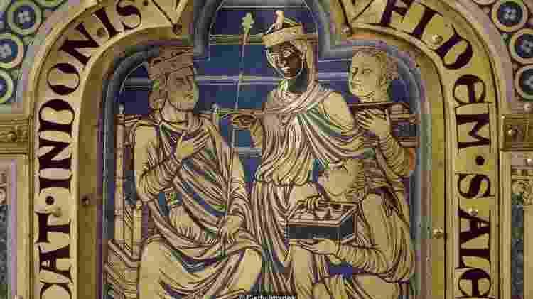 O altar feito no século 12 por Nicolas de Verdun mostra uma rainha negra de Sheba trazendo presentes ao rei Salomão - Getty Images - Getty Images