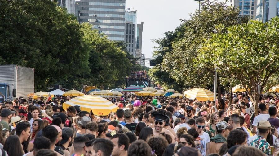 Foliões no Bloco Dennis DJ, no Itaim Bibi, em São Paulo - Simon Plestenjak/UOL