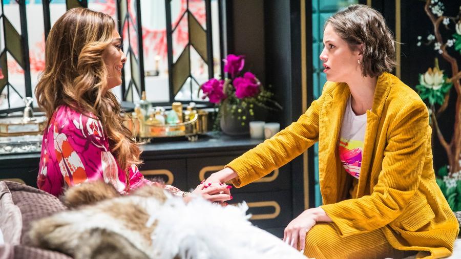 """Em """"A Dona do Pedaço"""", Josiane (Agatha Moreira) tem vergonha de Maria da Paz (Juliana Paes) - TV Globo/Divulgação"""