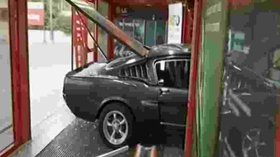 Ford Mustang 1967 foi usado para arrombar loja em Atenas; itens roubados valem muito menos que o carro - Reprodução