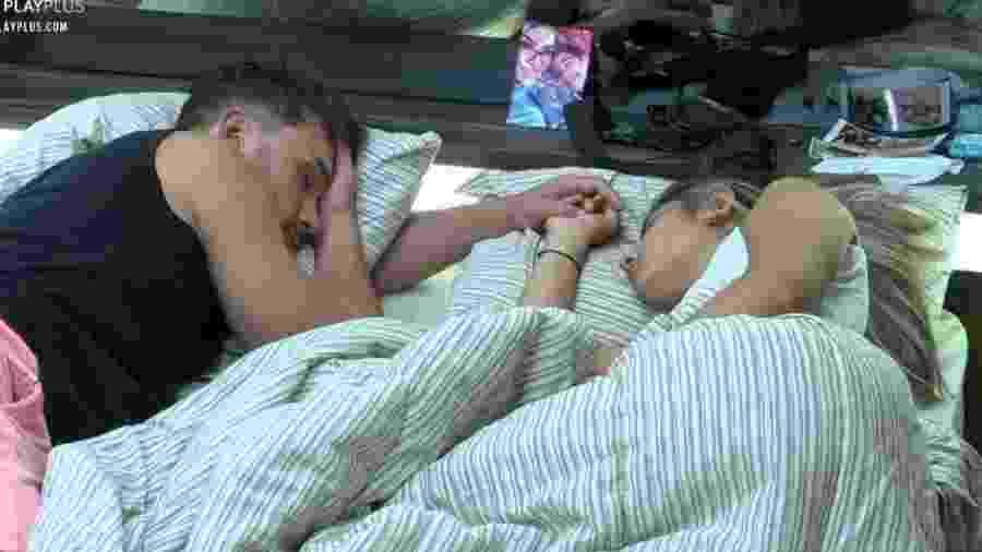 Hari e Lucas dormem de mãos dadas - Reprodução/Playplus