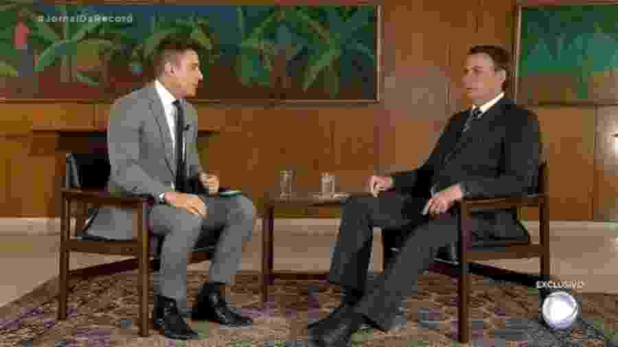 O presidente Jair Bolsonaro dá entrevista ao repórter Thiago Nolasco, da Record  - Reprodução / TV