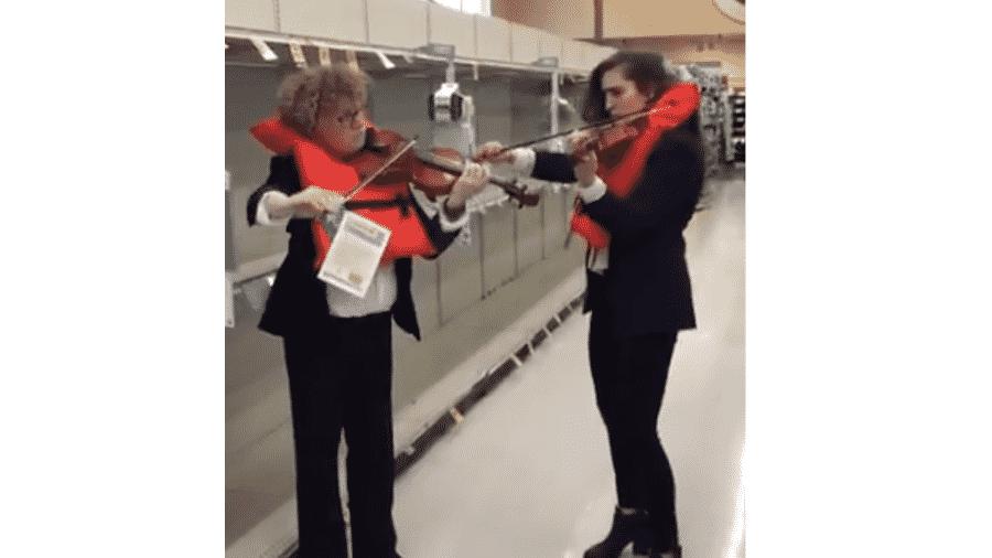 """Violinistas recriam cena de """"Titanic"""" em mercado sem papel higiênico - Reprodução/Twitter"""