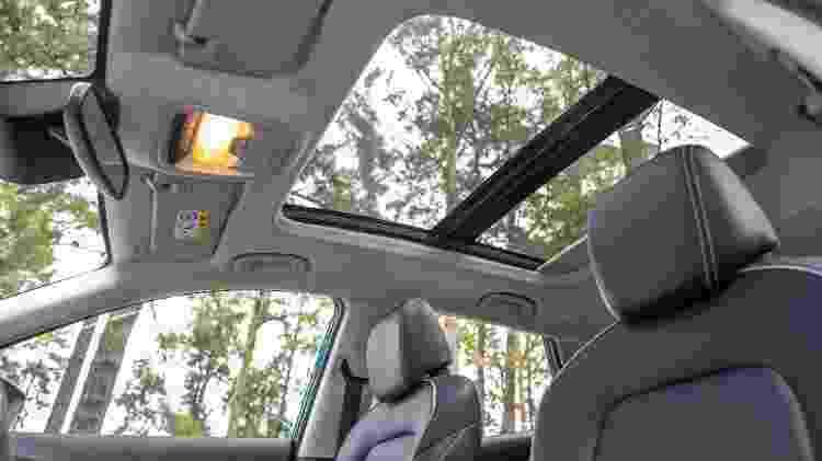 Teto solar panorâmico com acionamento elétrico é outro equipamento disponível apenas para o novo SUV compacto - Marcos Camargo/UOL