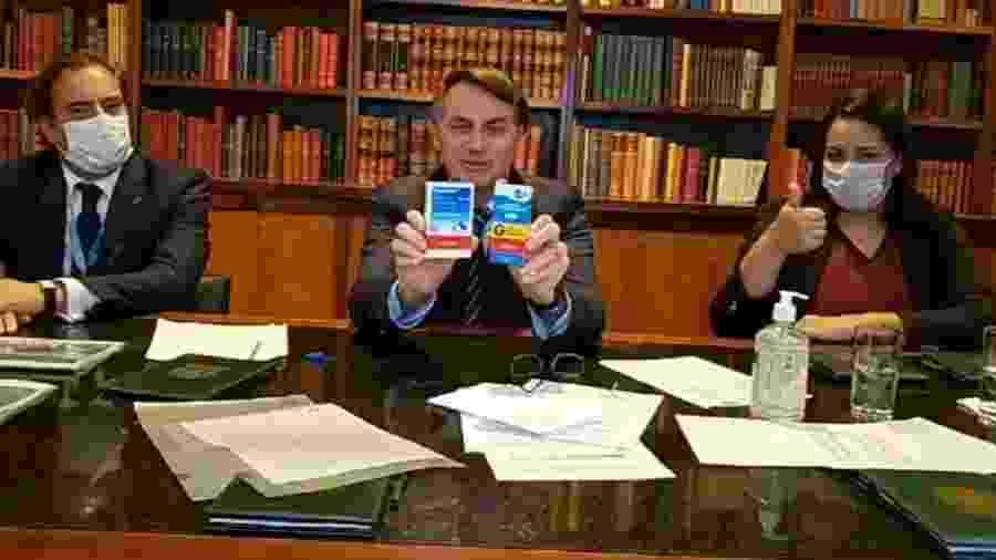 Bolsonaro mostra hidroxicloroquina, remédio que ainda terá eficácia testada para covid-19 - Reprodução/Facebook