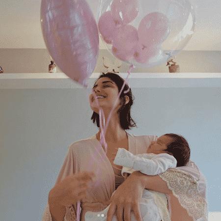 Atriz Letícia Almeida com a filha Maria Tereza nos braços - Reprodução/Instagram