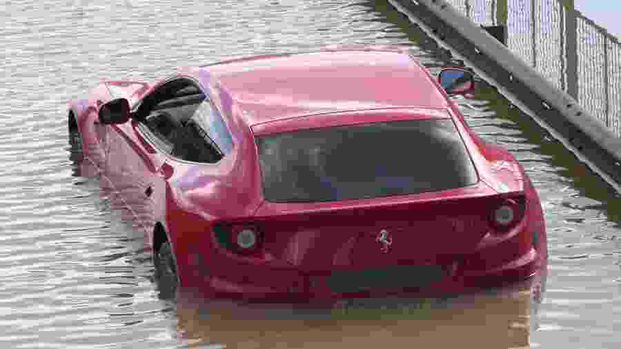 Ferrari FF é pega por enchente em Londres - Twitter